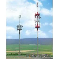 Dos torres de telefonía.