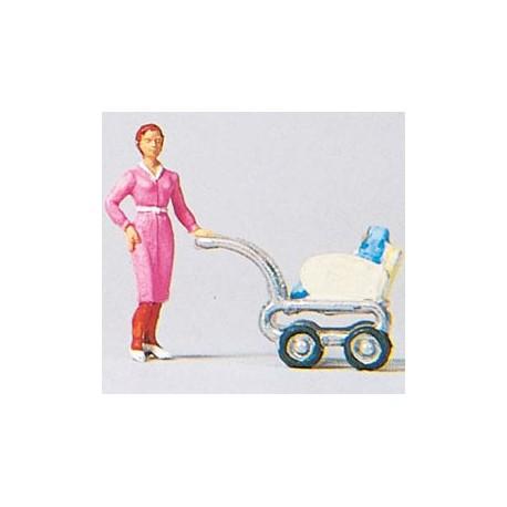 Mujer con carrito de bebe. PREISER 28037