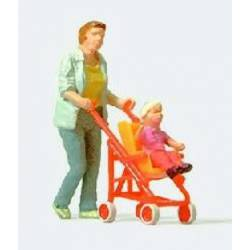 Mujer con silla de bebe.