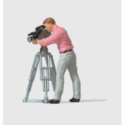 Hombre grabando con videocámara.