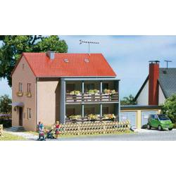 Casa de apartamentos con garajes.