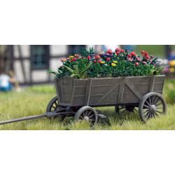 Carro de madera con flores.