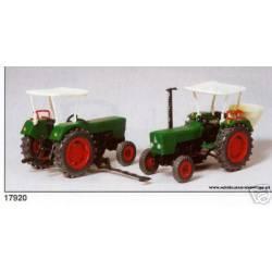 Dos tractores agrícolas.