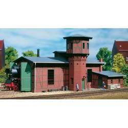 Depósito de locomotoras y torre de agua.