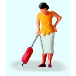 Mujer limpiando con aspiradora. PREISER 28141