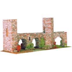 Puente de piedra de tres arcos.
