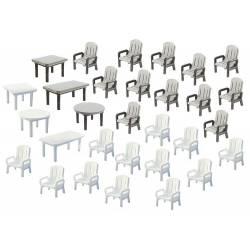 24 sillas de jardín y 6 mesas.