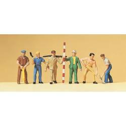 Obreros colocando traviesas de madera.