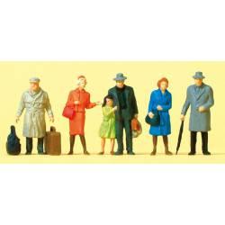 Viajeros de pie con equipaje.