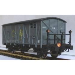 Vagón cerrado gris SN con faroles de cola.