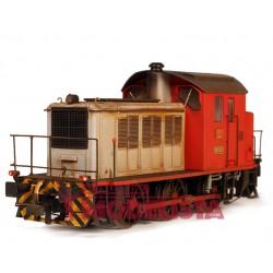 Locomotora diesel 303. Roja y gris. Envejecida.