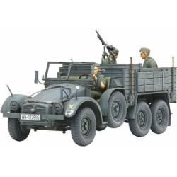 Camión militar Krupp y tres figuras.