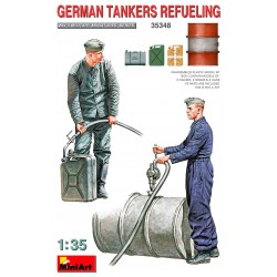 Carristas alemanes recargando combustible.