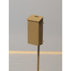 Caja eléctrica con poste.