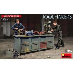 Trabajadores con herramientas.