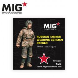 Carrista ruso vistiendo chaqueta alemana.