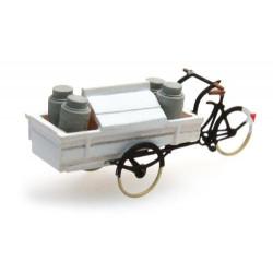 Carro triciclo de leche.