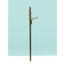 Poste de madera con luz y tendido.