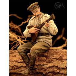 Soldado ruso tocando la balalaika.