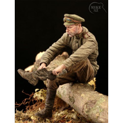 Soldado ruso poniéndose las botas.