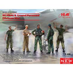 Pilotos y personal de mantenimiento estadounidenses.